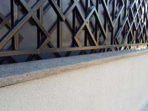 Накрывные гранитные плиты с капельником