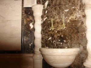 Мраморные стены в хаммаме