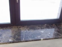 Мраморный подоконник в коттедже